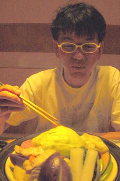 イモ蒸し鍋食べるタニシ君.jpg